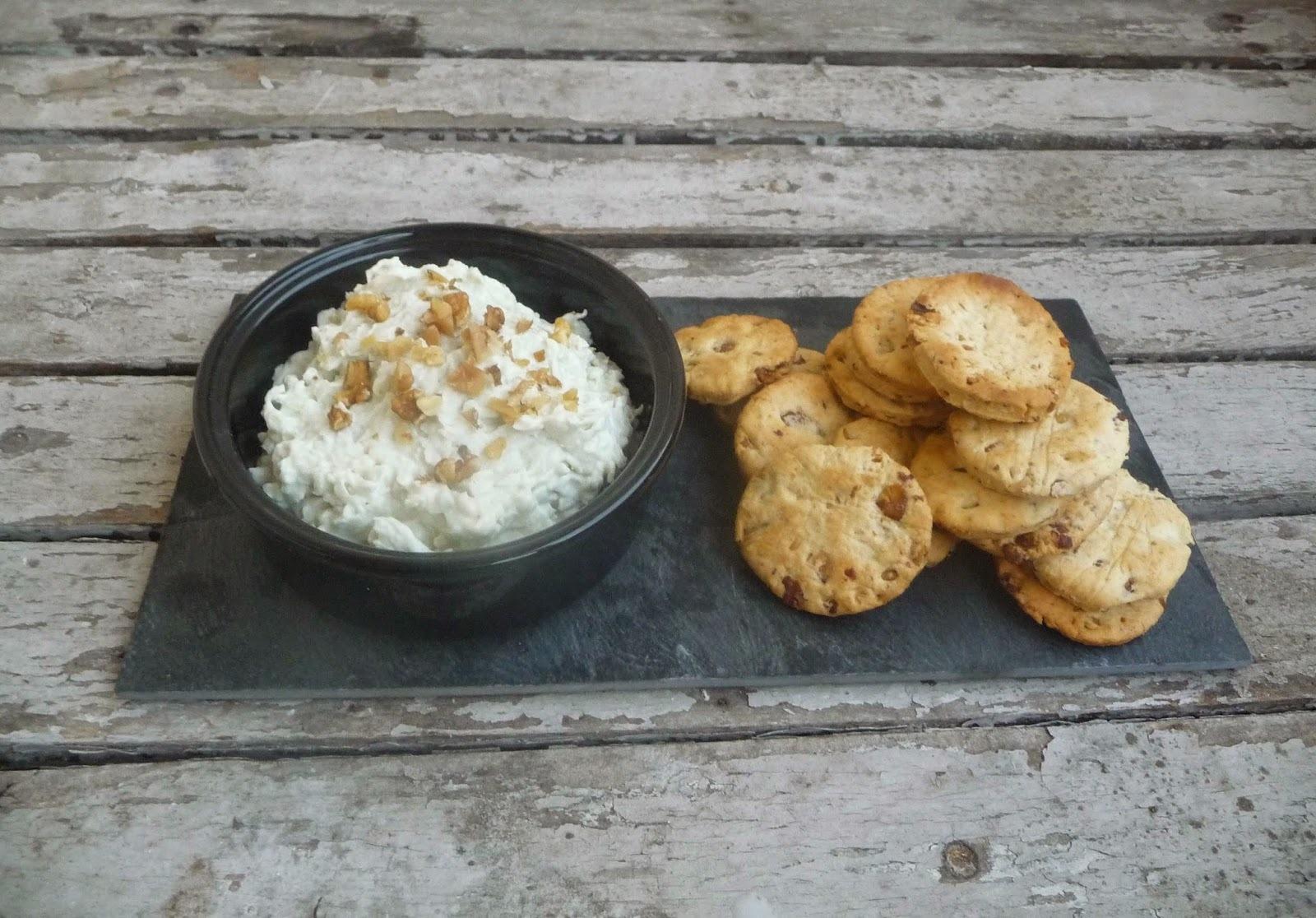 Crackers aux noix et dip au roquefort et radis noir