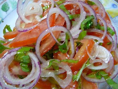 Ensalada de tomate, albahaca y cebolla