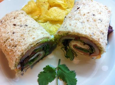 Sandwich Enrollado De Ahumados Y Guacamole