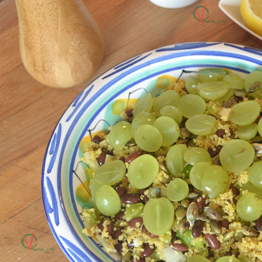 Ensalada de cuscús con alubias y uva