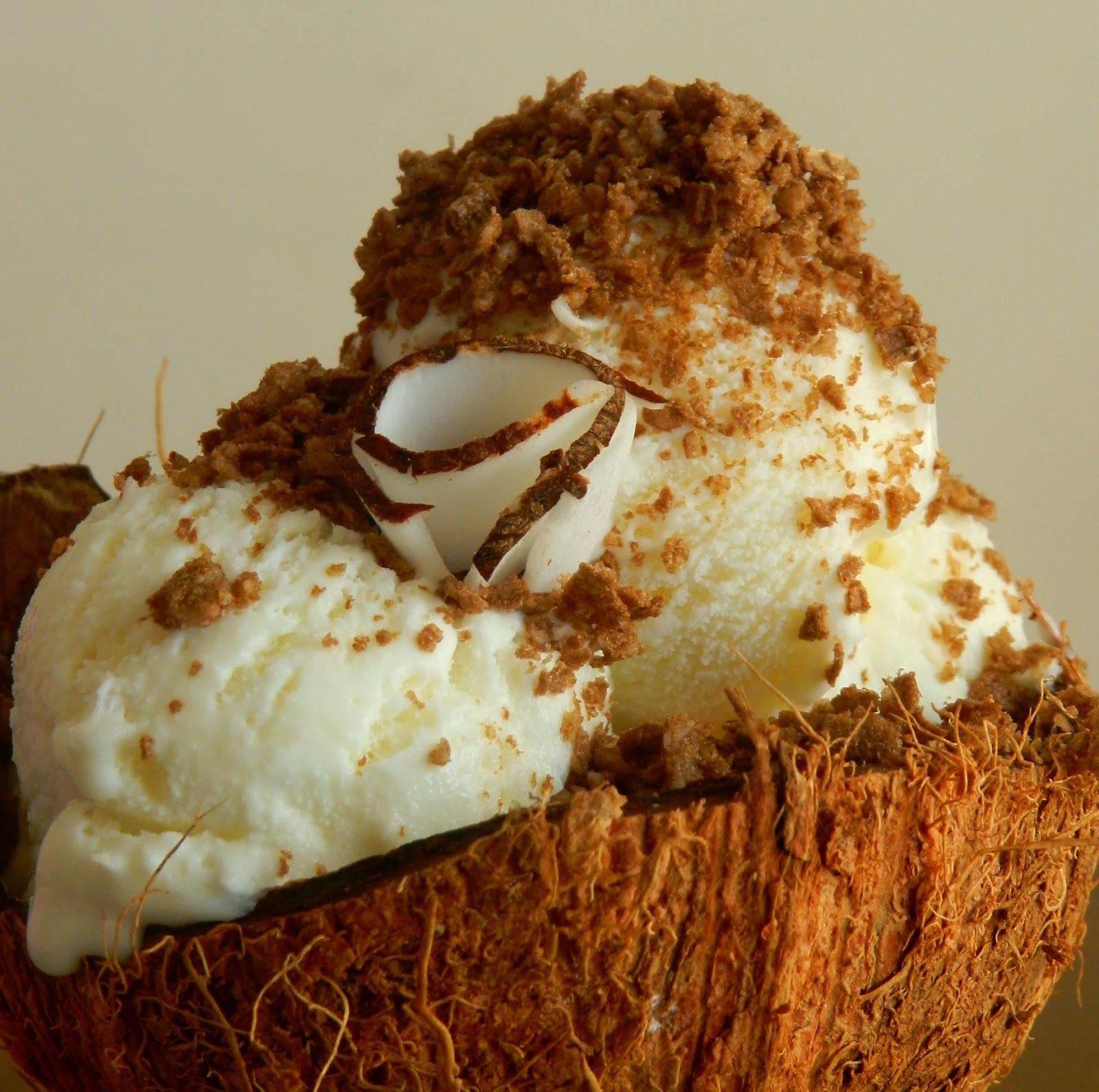 Sorvete caseiro de coco com farofa