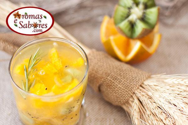 Receita de caipirinha sem álcool de manga, abacaxi e alecrim