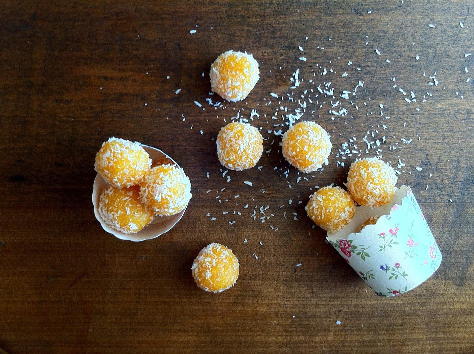 Snack! Bolitas de Damasco y coco / Coconut and Apricot balls