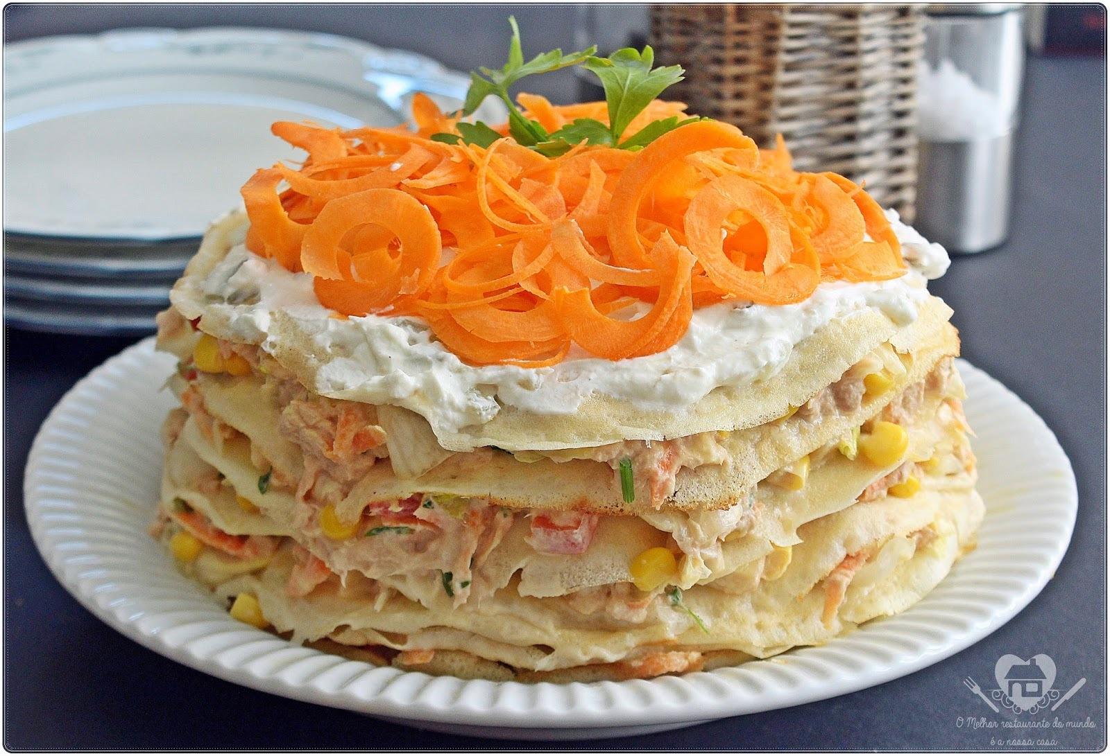 Torta de panquecas com recheio de salada e atum