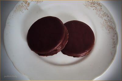 Bolacha recheada com cobertura de chocolate