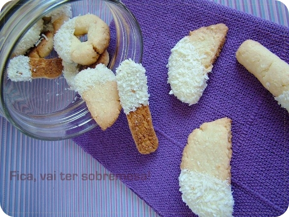 Biscoitos de coco e chocolate branco