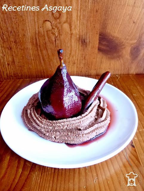Peras al Vino con Nata de Chocolate