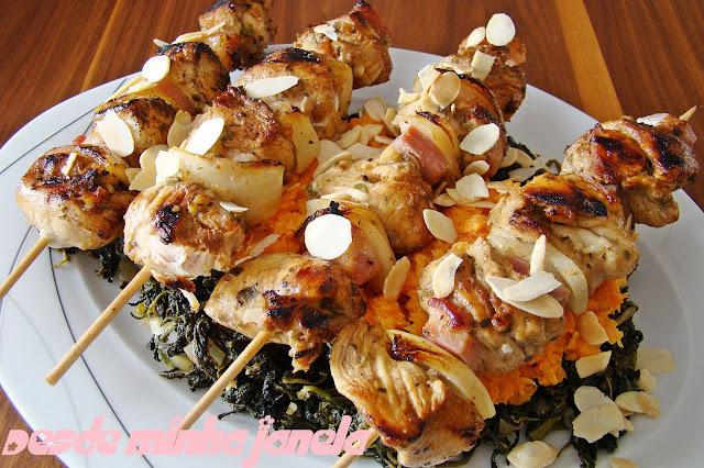 Espetinhos de frango com baco e cebola