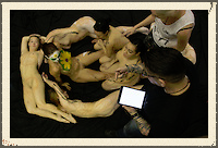 Modelos Desnudas forman Calavera Humana de Azucar