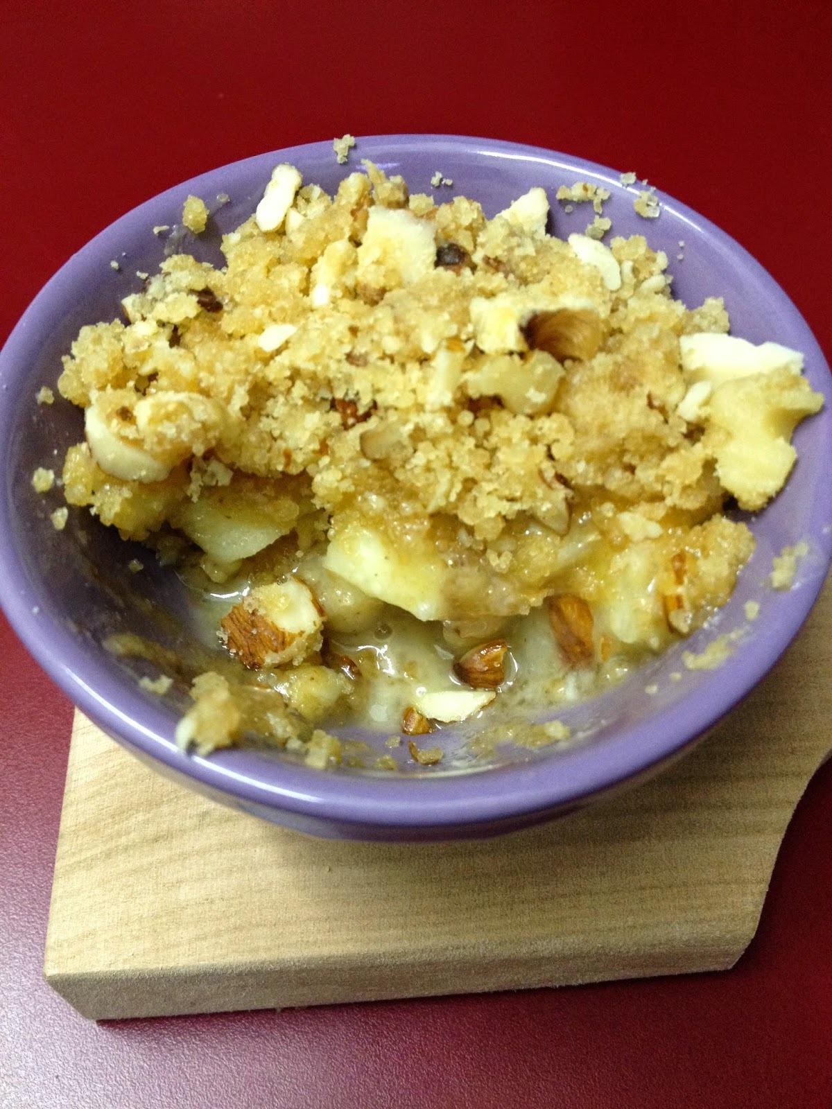 Crumble de manzana y peras con salsa de tofee