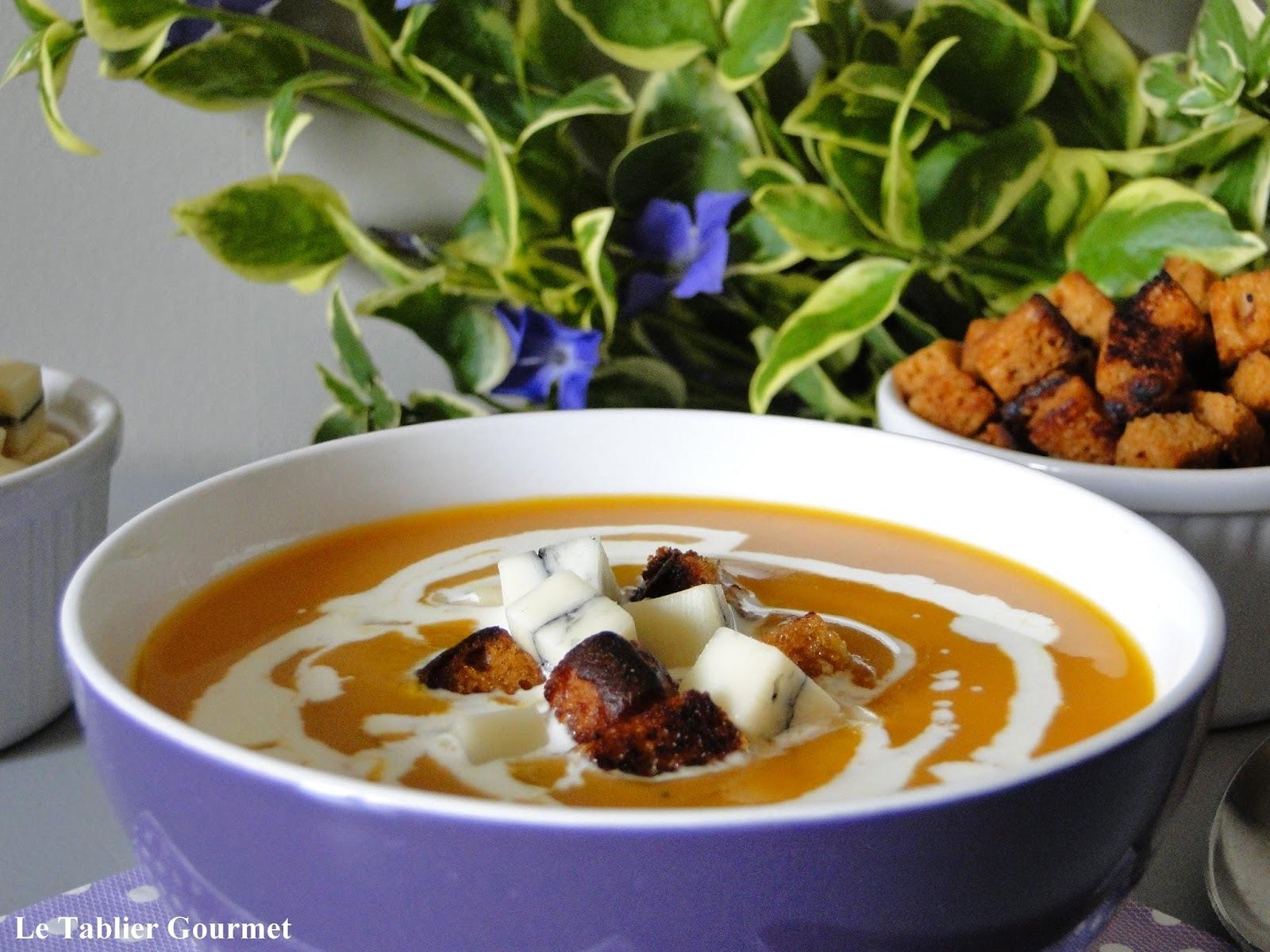 Une entrée chaude : le velouté de butternut-carotte et ses croûtons de pain d'épices et morbier !