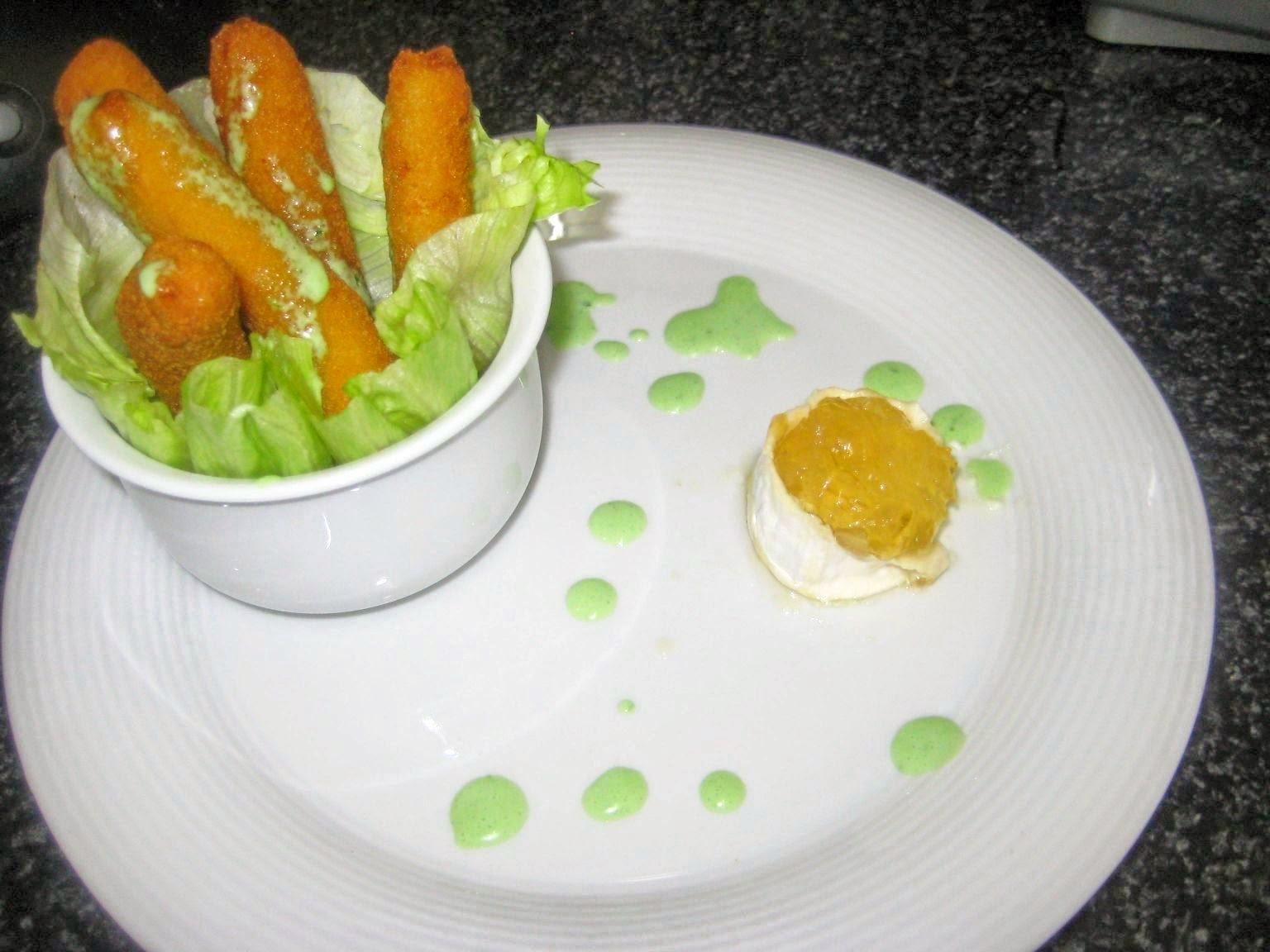 Fingers de pollo con queso y cebolla endulzada