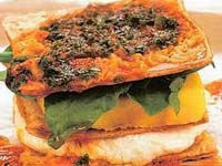 Torre de batata yacon, berinjela e hambúrguer de frango
