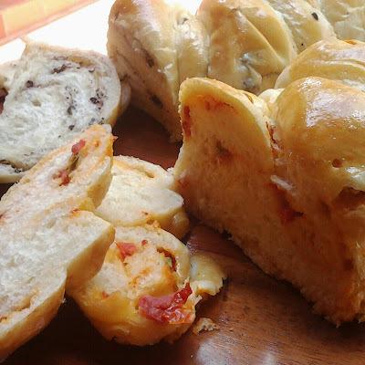 Pães de tomate seco e de azeitona preta