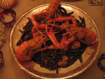 Pasta al nero di seppia con gamberi e scampi