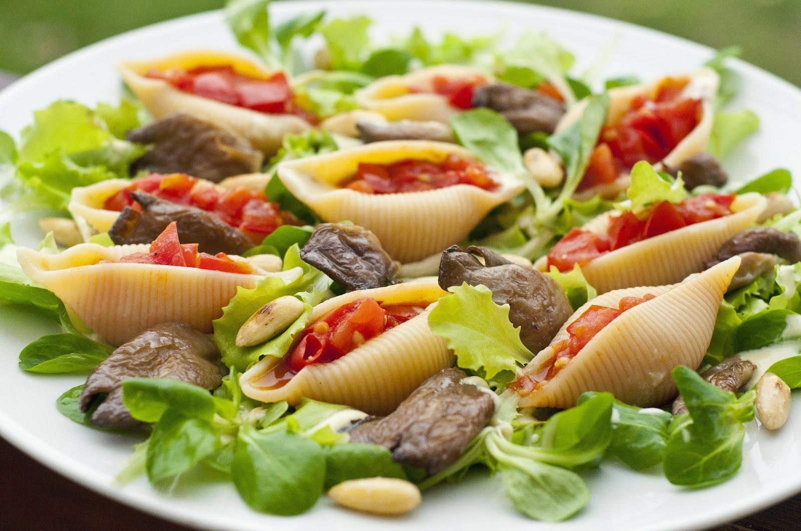 Conchiglioni plnené paradajkami posypané opekanou hlivou a mandľami