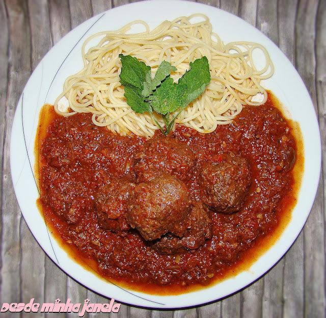 Almôndegas com molho de tomate especial