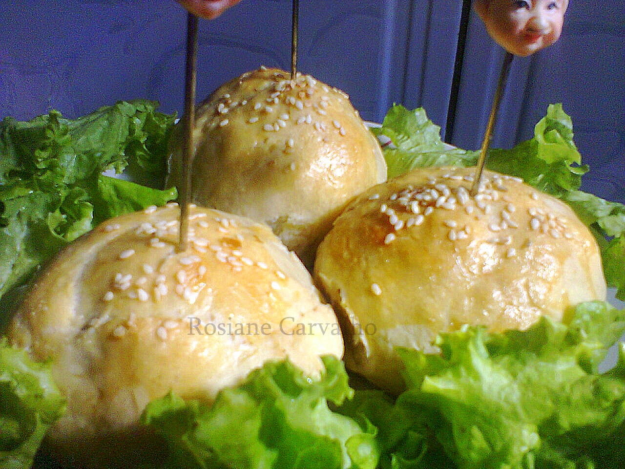 mini hamburguer caseiro com creme de cebola