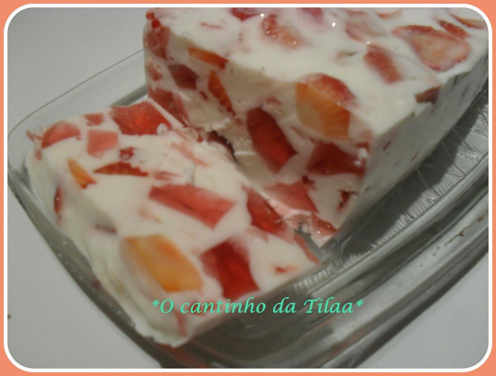 Sobremesa de gelatina, morangos e iogurte grego