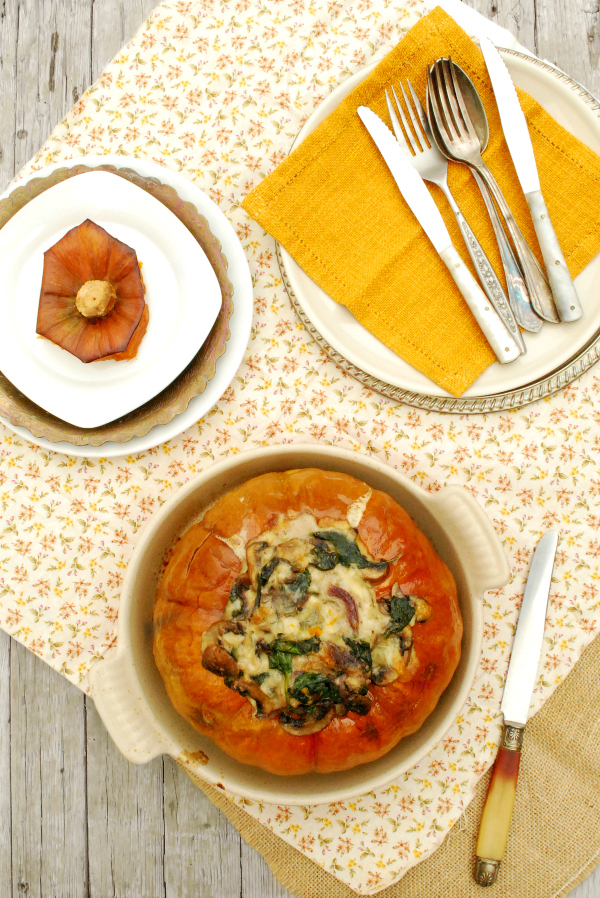 calabaza rellena de espinacas, champiñones y queso