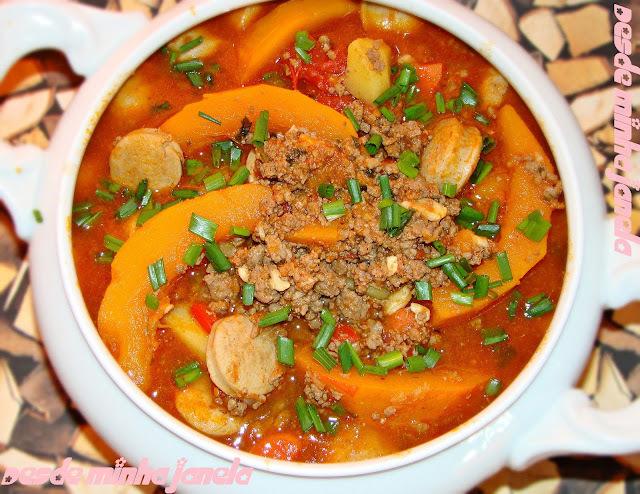 Ensopado de carne moída e linguiça com legumes