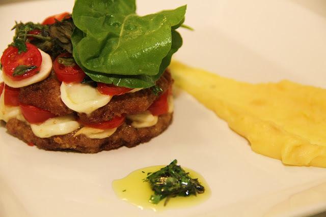 Tortinha Caprese com Azeite de Ervas (Milanesa Gourmet)