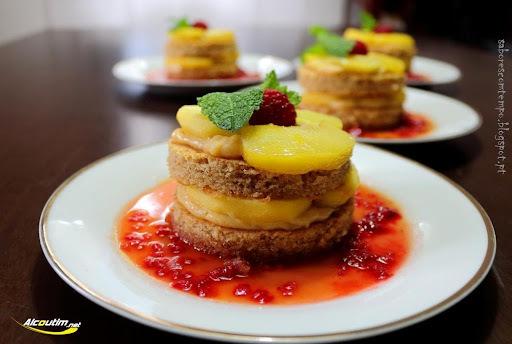 Mini bolos nude de maçã em calda de laranja e framboesas.