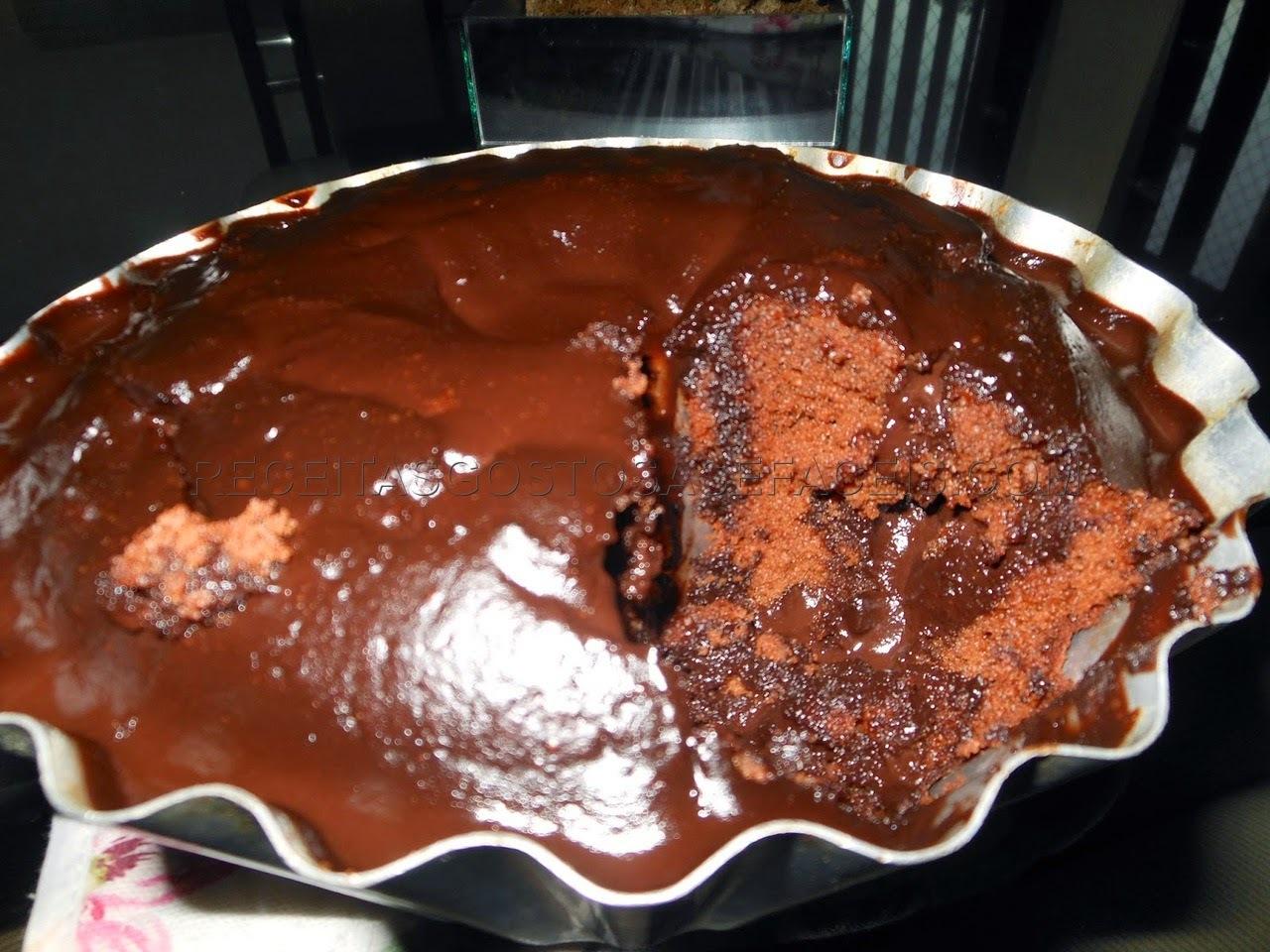 Bolo de chocolate com recheio e cobertura de chocolate