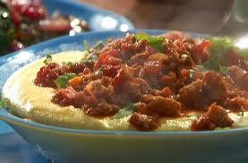 polenta cremosa com molho de carne picadinha