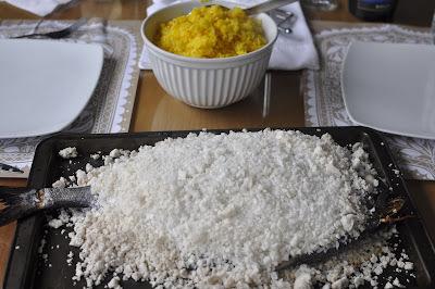 Pescado cocinado a la sal gruesa con arroz al azafrán