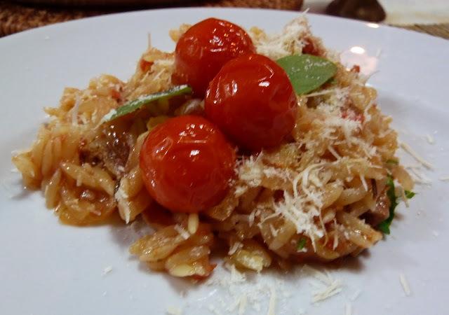 Macarrão com cordeiro e tomates ao forno
