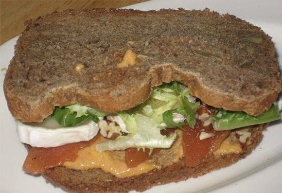 Pan de Centeno con Peras Acarameladas y Pasta de Queso Roquefort y Nueces
