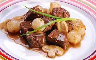 Carne com minicebolas