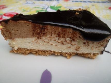 TORTA GELADA DOIS CHOCOLATES COM COBERTURA CREMOSA