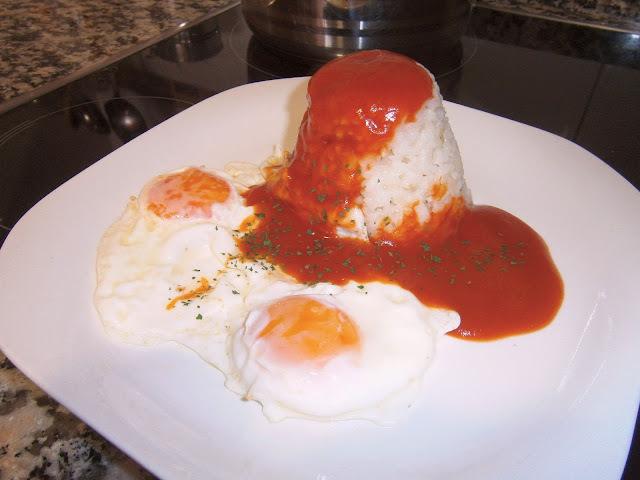 Arroz a la cubana (con huevo y salsa de tomate)