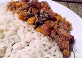 com sobras de arroz e pernil