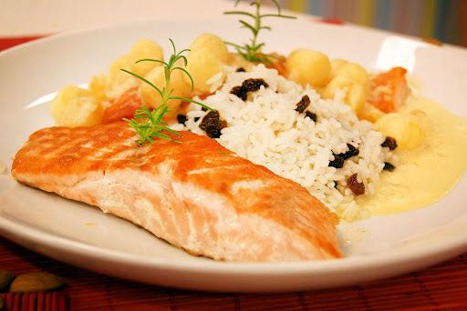 salmão ao forno ao molho de alho poro