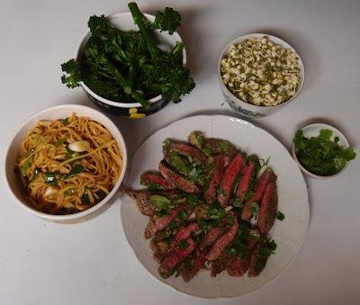 Čínske rezance s hovädzím steakom, klíčkami a stonkovou brokolicou podľa Jamieho