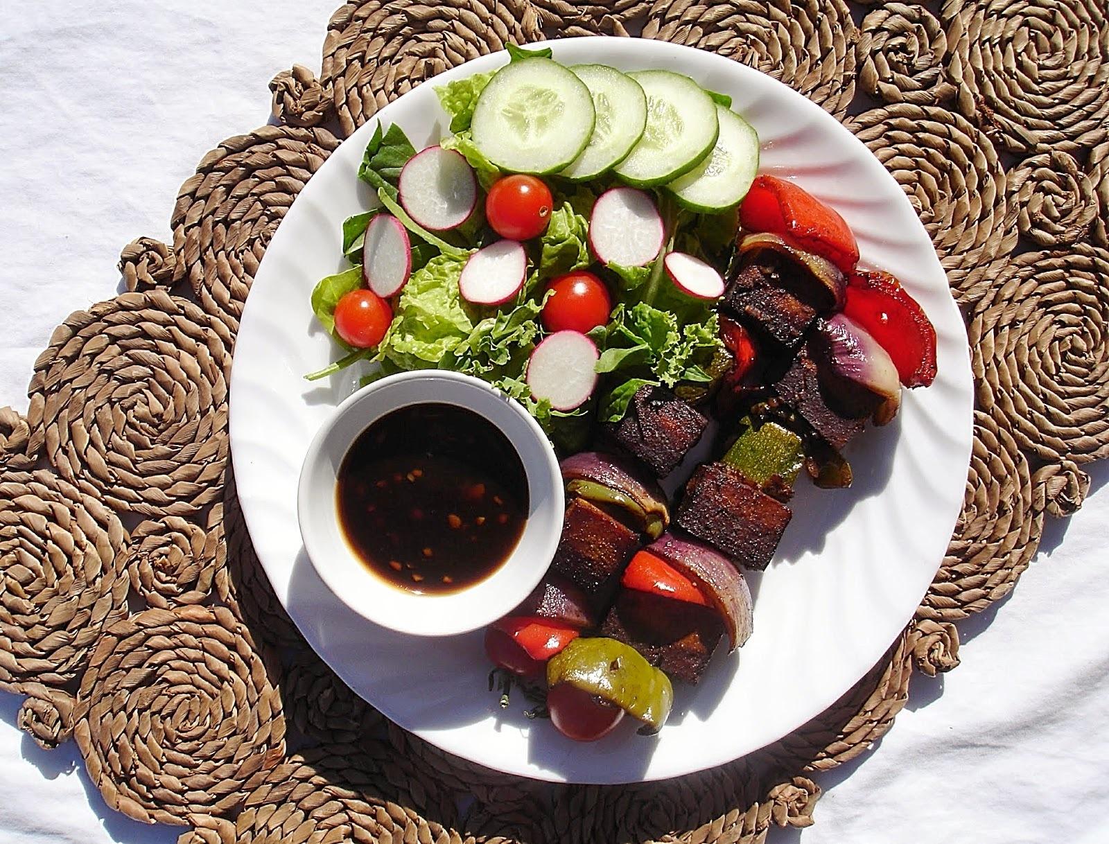 Brochettes de tofu mariné & légumes avec une sauce sucrée