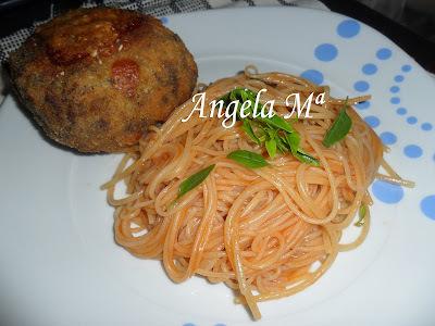 Espaguete ao sugo com porpetas recheadas