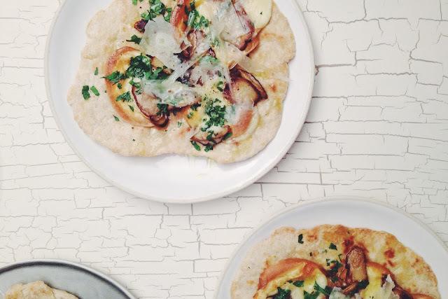 Petits pains plats comme une pizza, cèpes et mozzarella fumée