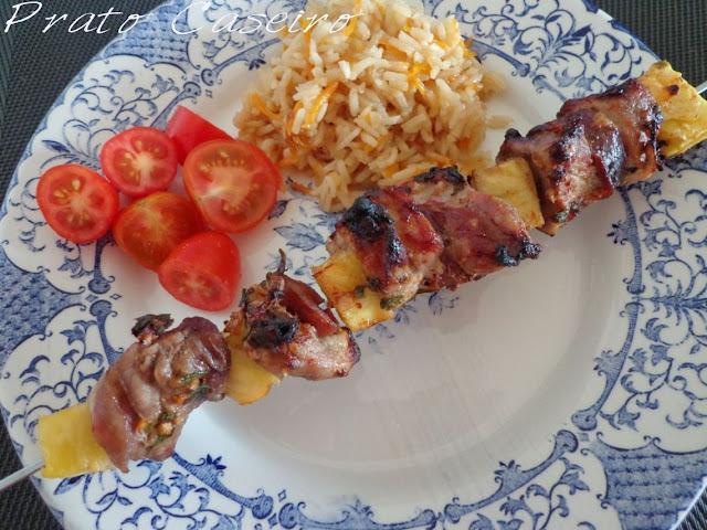 Espetada de lombinho de porco com ananás e chouriço com arroz de cenoura ralada