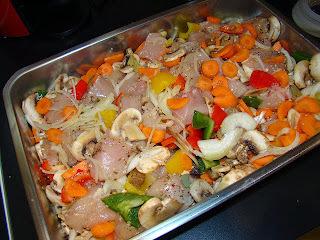frango inteiro assado no forno com batatas cogumelos
