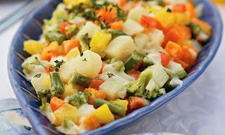 pratos decorados com molho de salada