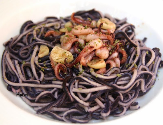 Espaghettis de dos colores con calamares
