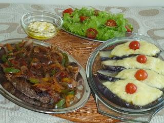 BERINJELA RECHEADA COM PURÊ DE BATATA  (acompanhada de um Bifão tipo rosbife com molho)
