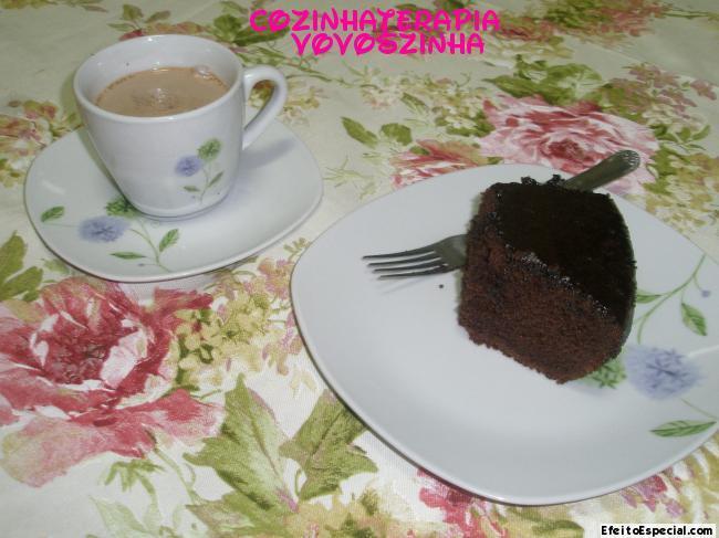 Bolo de chocolate econômico com cobertura de glacê de chocolate