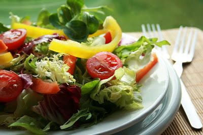 """Comece o Ano Novo com novas ideias e muita saúde! Leia sobre o """"Slow Food"""" e a """"Cozinha Consciente""""! Comece com receitas de SALADAS COM SALMÃO!"""