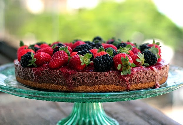 Torta mousse de chocolate com frutas vermelhas