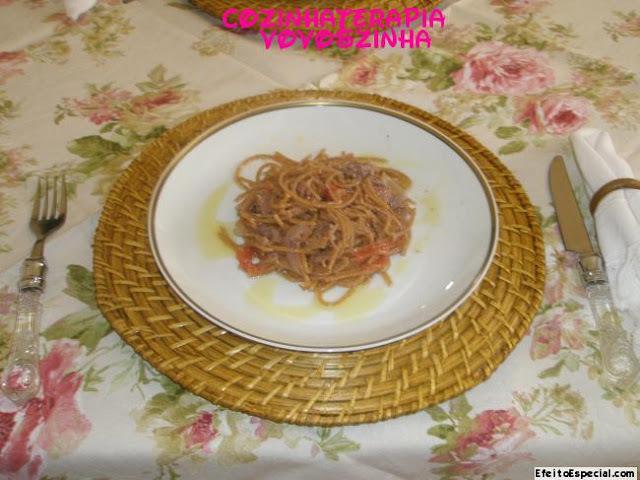 Espaguete integral ao molho  pesto de nozes